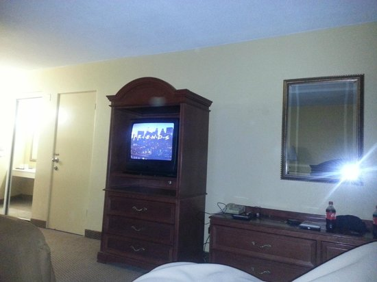 Howard Johnson Inn Ormond Beach: a view of the very updated CRT tv