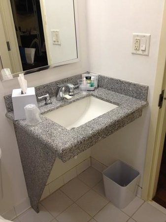 Four Points by Sheraton Historic Savannah: Bathroom vanity - rm 542