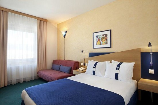 Holiday Inn Express Geneva Airport: Queen Bed Guest Room