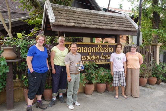 Villa Lao Wooden House: Mr. Vong, Lee and the girls