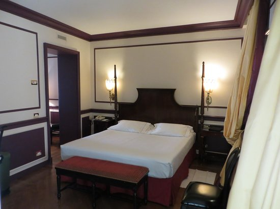 Santa Maria Novella Hotel: King size bed