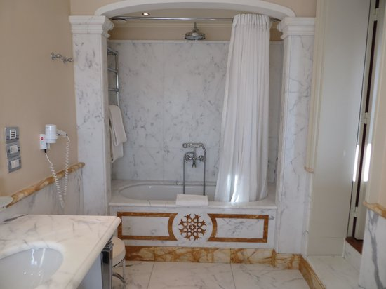 Santa Maria Novella Hotel: Large soaking tub for two with a rain shower