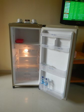 Febri&#39;s Hotel &amp; Spa: Empty bar fridge