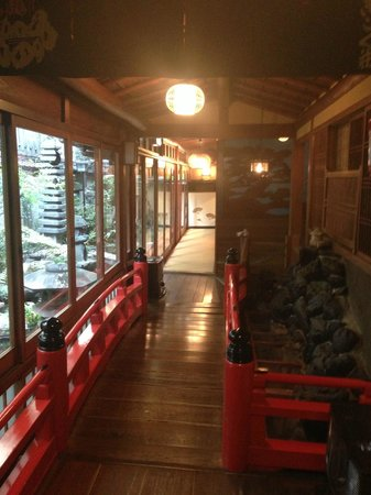 Kikokuso: Hallway/indoor bridge overlooking the garden