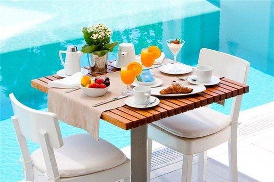 Grace Mykonos Hotel: Breakfast by the pool