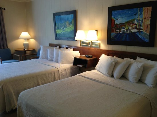 Alpen Acres Motel: Room with Two Double beds--all rooms feature original artwork by local artists!