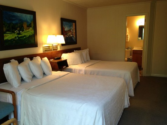Alpen Acres Motel: Two Double beds--all rooms feature original artwork by local artists!