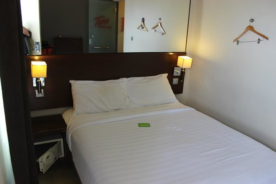 Tune Hotels .com KLIA-LCCT Airport: Tiny bed room with comfortable King Coil bed