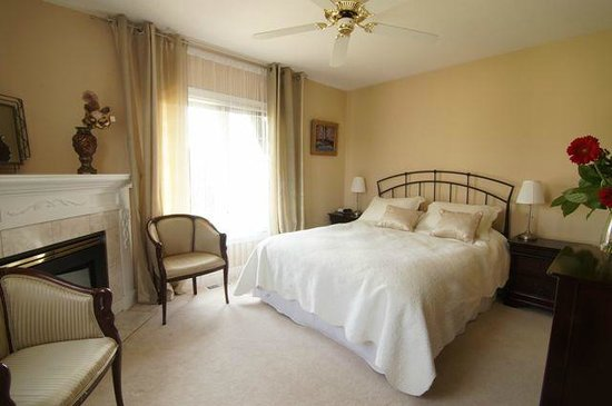 In Elegance Bed and Breakfast: Vintage room - Quin Ensuite
