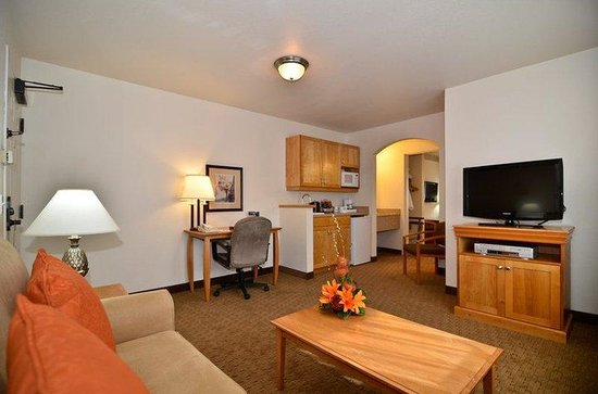 BEST WESTERN PLUS Edmonds Harbor Inn: Queen Suite Living Room with Sofabed