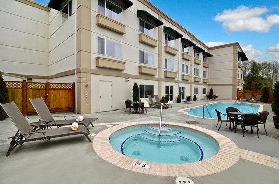 BEST WESTERN PLUS Edmonds Harbor Inn: Swimming Pool & Hot Tub