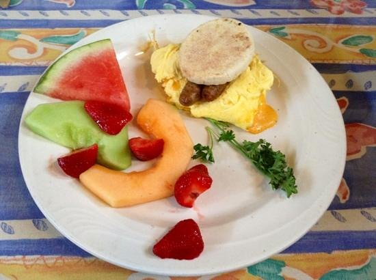 Balboa Island, Californien: breakfast sandwich with sausage & fresh fruit