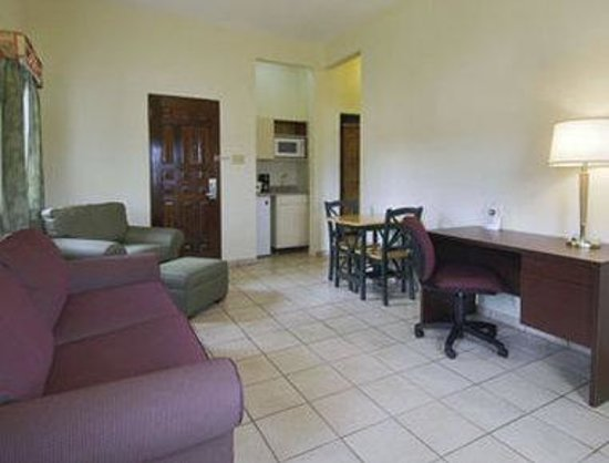 Howard Johnson Downtown Mayaguez: Home Office - One Queen
