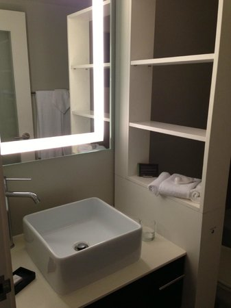 ‪‪Hotel Renew‬: no counter space because the sink is too big‬
