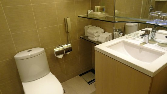 Holiday Inn Golden Mile: clean bathroom