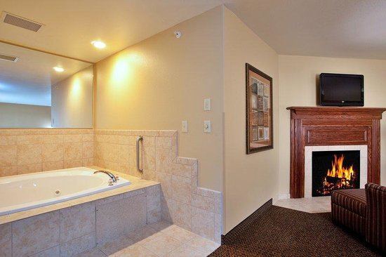 Holiday Inn Express Hotel &amp; Suites Lewisburg: Hot tub  Suite w/Fireplace