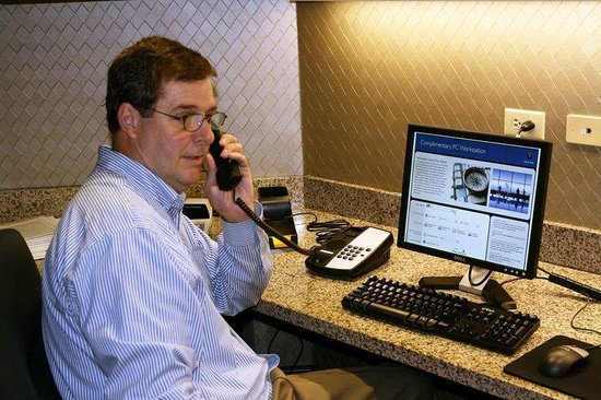 Hampton Inn & Suites Stuart-North: Guest Using Phone