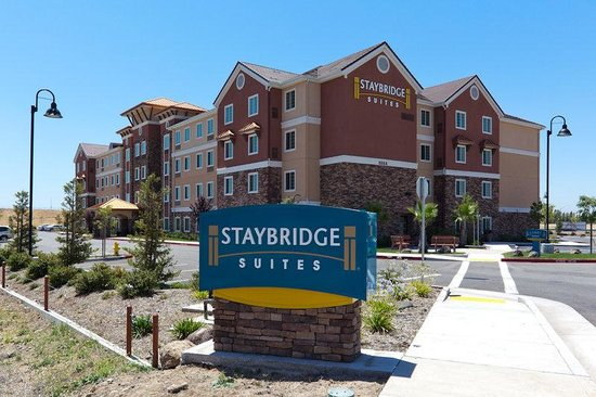 Rocklin, Kaliforniya: Driveway to Staybridge Suites