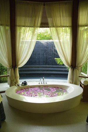 Anantara Veli Resort & Spa: Anantara Spa Bathtub