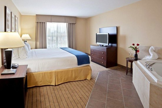 Holiday Inn Express Hotel & Suites Courtenay Comox Valley SW: King Jacuzzi Suite Bedroom