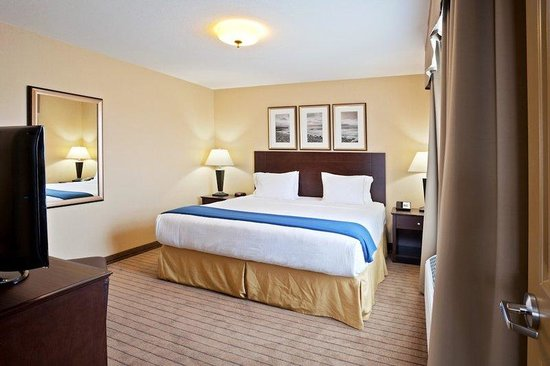 Holiday Inn Express Hotel & Suites Courtenay Comox Valley SW: Family Suite with 2 Queen beds, 1King bed in separate bedroom