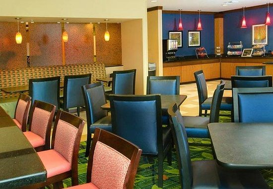 Fairfield Inn &amp; Suites Miami Airport South: Breakfast Seating Area