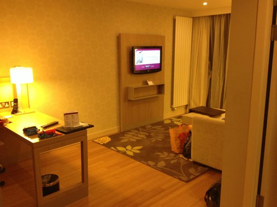 Residence Inn Edinburgh: Desk and Living area