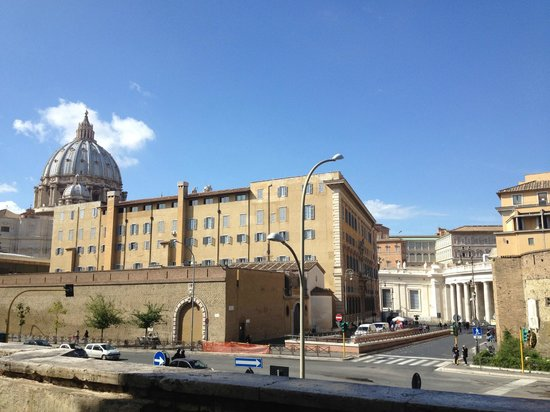 Al Colonnato di San Pietro Bed and Breakfast: View from outside BB