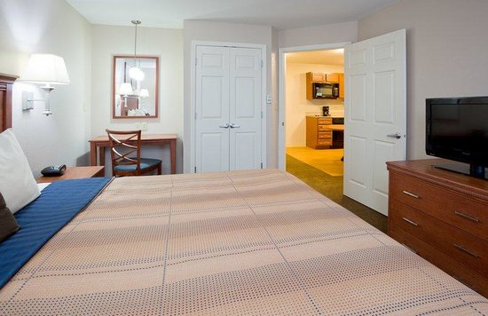 Candlewood Suites Milwaukee Airport-Oak Creek: King Suite Bedroom Guest Room