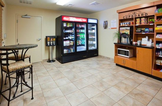 Candlewood Suites Milwaukee Airport-Oak Creek: Candlewood Cupboard