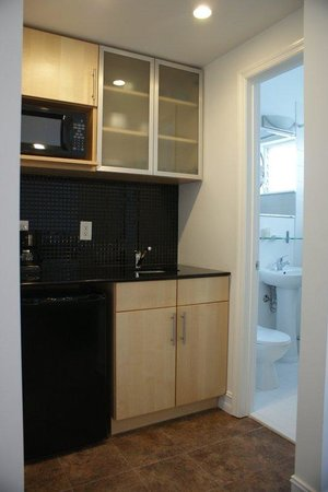 Ocean Reef Suites: Kitchen -Bathroom