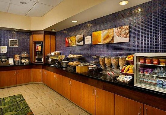 Fairfield Inn &amp; Suites Chattanooga I-24/Lookout Mountain: Breakfast Buffet