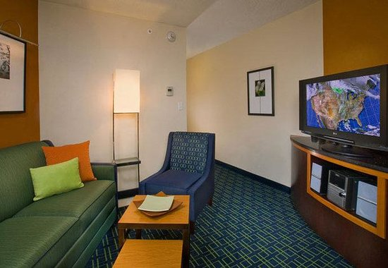 Fairfield Inn &amp; Suites Milwaukee Airport: Suite Sitting Area