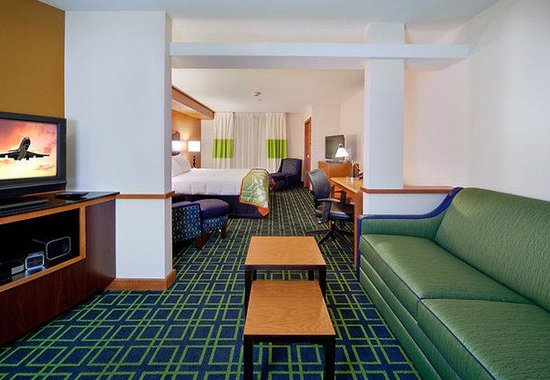 Fairfield Inn &amp; Suites Milwaukee Airport: Extended King Suite