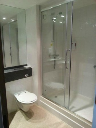 Premier Inn Glasgow City Centre South: Bathroom