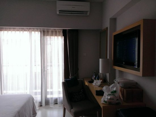 Quest Hotel Tuban: Bedroom desk & TV....