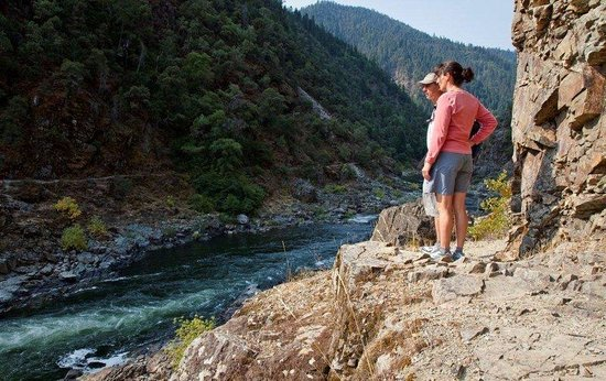 The Lodge at Riverside: Hiking along the Rogue River