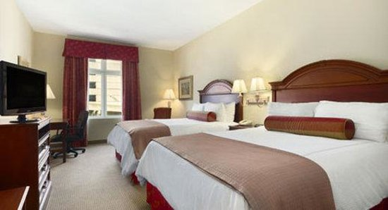 Inn at USC Wyndham Garden: Double Queen Room