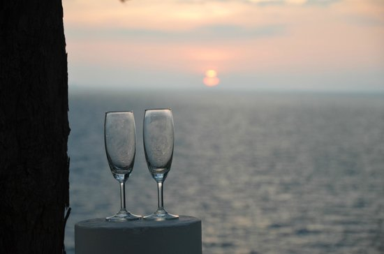Holiday Inn Resort Phi Phi Island: champagne at sunset at the sunset bar