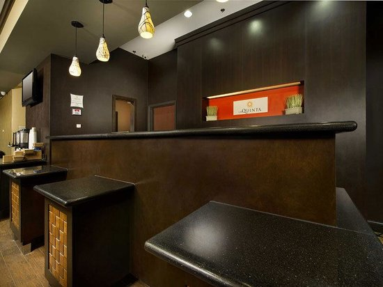 La Quinta Inn & Suites Denton - University Drive: Front Desk