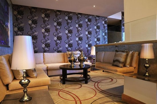 Holiday Inn Johannesburg-Rosebank: Bar and Lounge