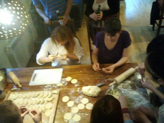 Mundo Hostel: Guests preparing dumplings ;)