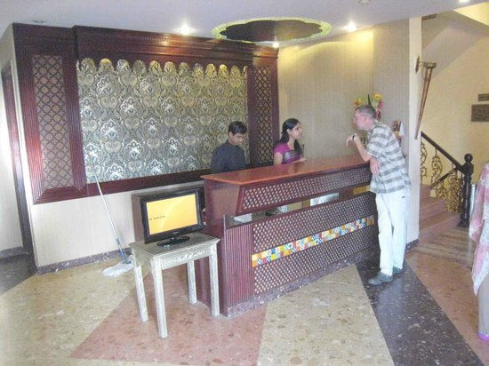 Siris 18 : The hotel's Reception Desk