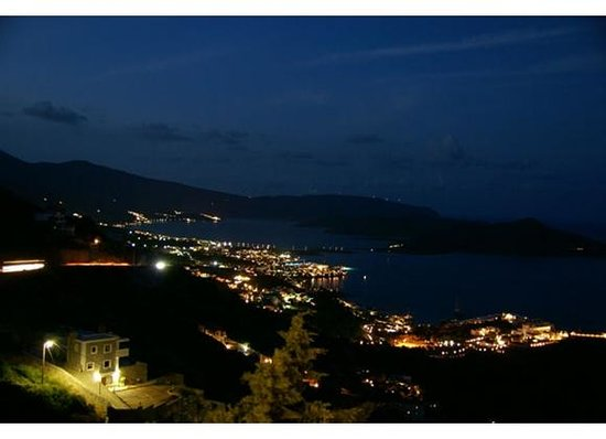 Adrakos Apartments: Elounda at night