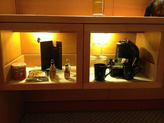 M Hotel Singapore: Snack/Drinks cabinet