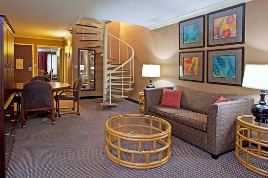 DoubleTree by Hilton Hotel Pittsburgh-Meadow Lands: Hotel Suite Living Room