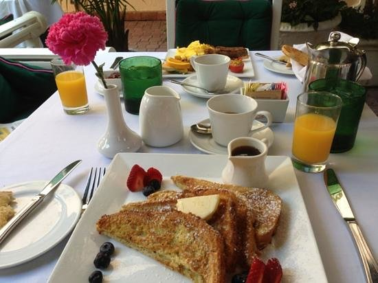 The Chesterfield Palm Beach: breakfast on the front terrace ..