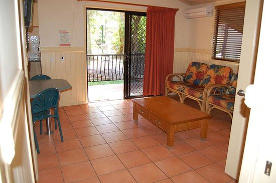 Ashmore Palms Holiday Village: Lorikeet Lodge Living Area
