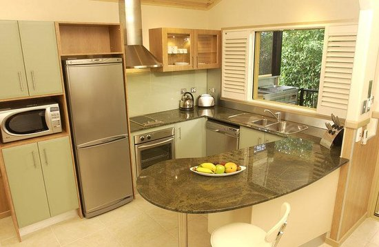 Ashmore Palms Holiday Village: Rainforest Retreat Kitchen