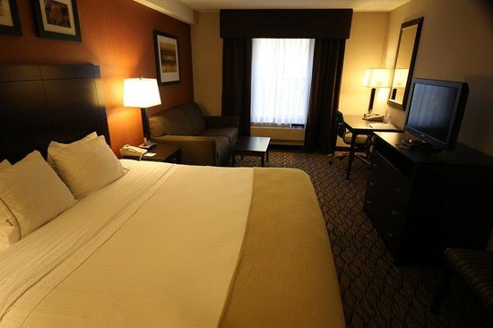 Holiday Inn Express &amp; Suites: King Bed Guest Room